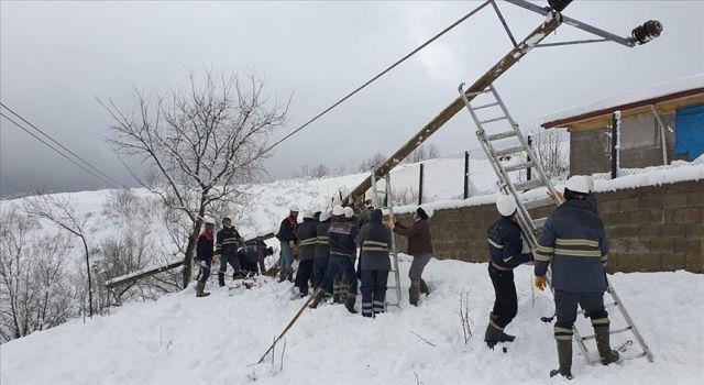 Soğuk hava ve karlı arazide ekipler yerleşim yerlerini aydınlatabilmek için çalışıyor